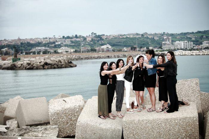 Brindisi sugli scogli del molo sud del porto di Giulianova