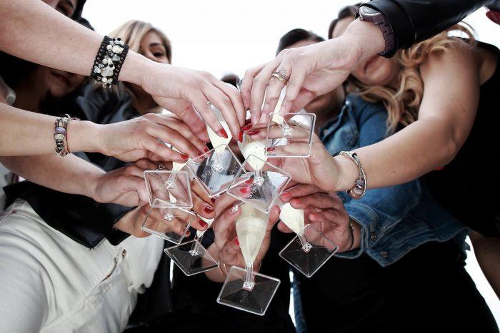 Particolare di mani in un servizio fotografico di addio al nubilato