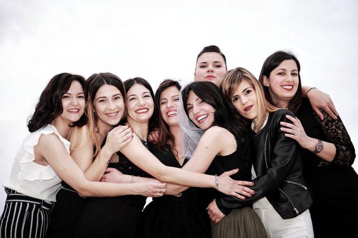 Amiche for ever, un gruppo di ragazze che si abbraccia