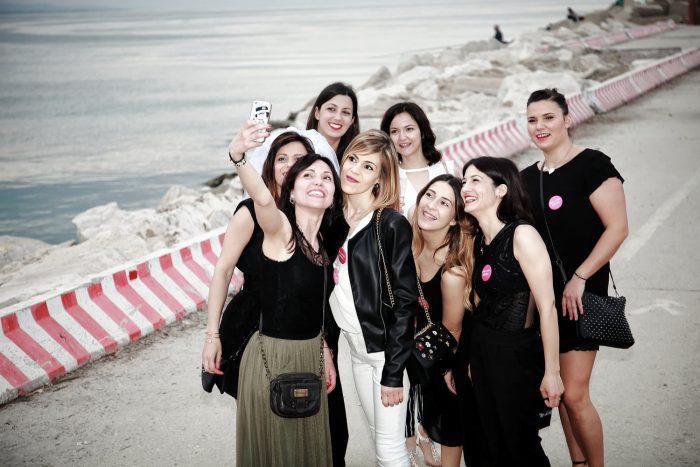 Un selfie al porto di Giulianova, otto ragazze in primo piano