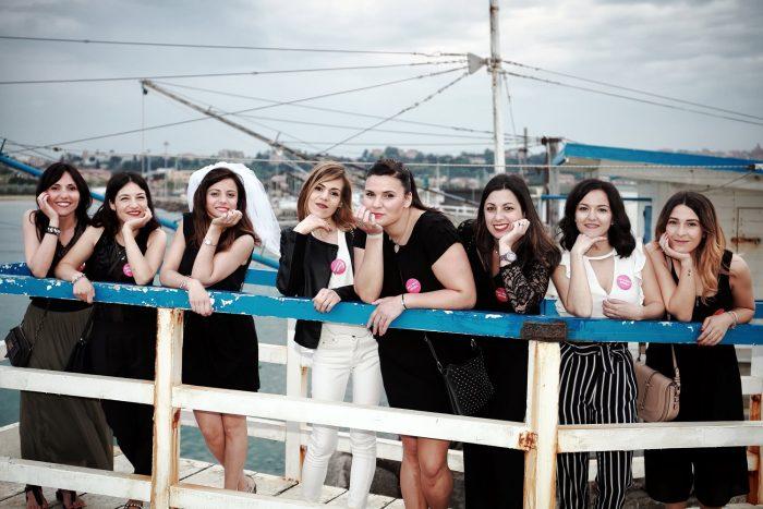 Foto di un gruppo di ragazze in una giornata primaverile