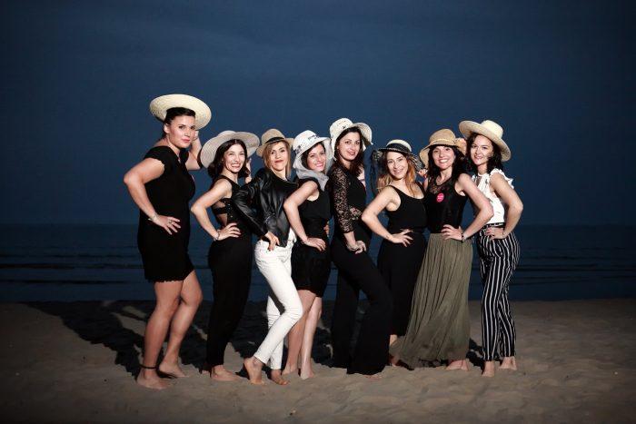 Sessione fotografica in notturna sulla spiaggia, ragazze con cappello