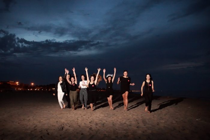 Futura sposa e amiche festanti in corsa sulla spiaggia di Giulianova