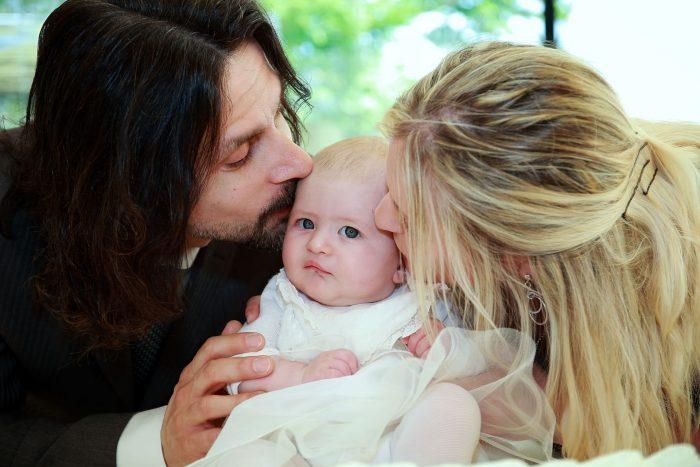 Fotografo Battesimo a Villa Fiorita di Giulianova, bacio mamma papà e festeggiata