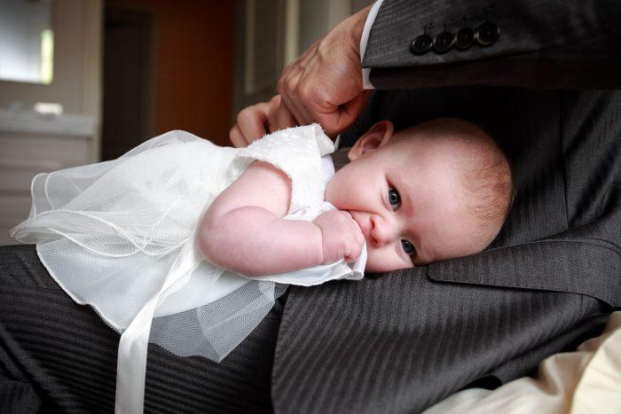 Preparativi per il Battesimo, vestirsi con l'aiuto del papà, fotografo a Roseto degli Abruzzi