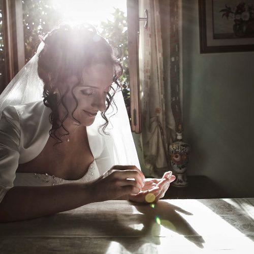 La sposa e gli anelli del matrimonio, servizio fotografico di nozze a Roseto degli Abruzzi,
