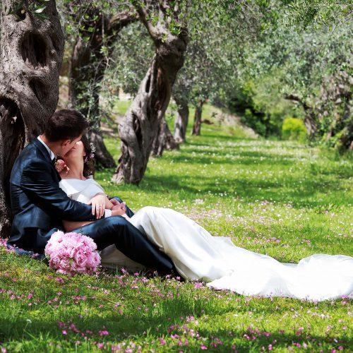 Foto di sposi tra gli ulivi,