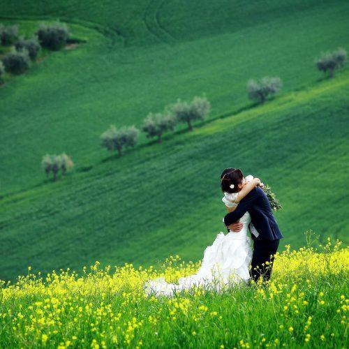 Sposarsi tra i paesaggi d Abruzzo, servizio fotografico matrimonio nei campi fioriti, reportage matrimonio Casale Santa Maria a Mosciano,