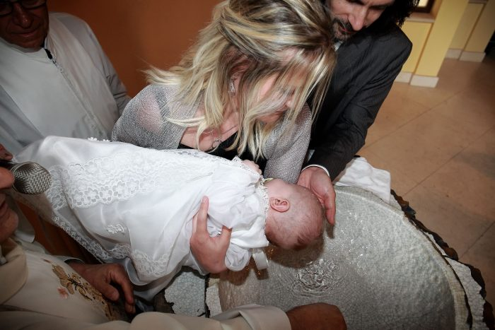 Fotografo di eventi a Pescara, il rito della fonte battesimale