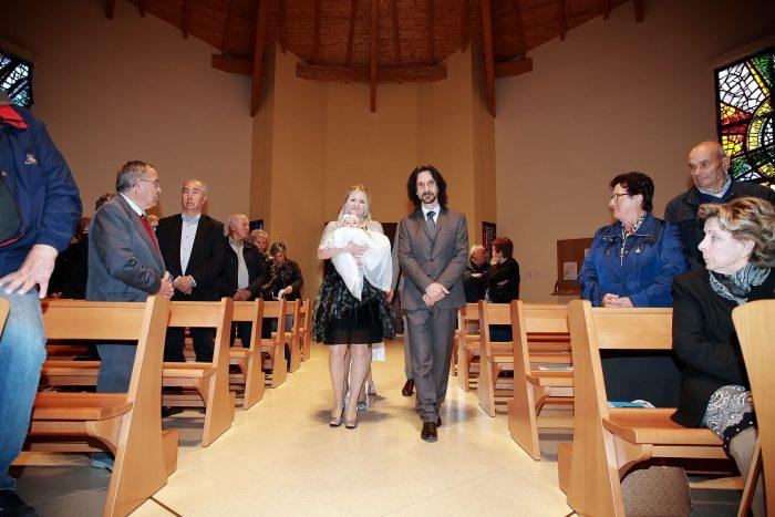 Foto del racconto del Battesimo a Roseto degli Abruzzi, ingresso in chiesa dei genitori con la bambina