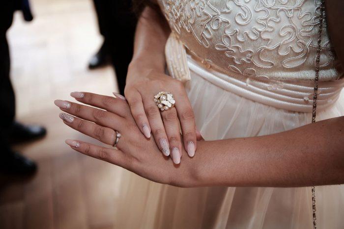 Fotografia di dettagli all'anello di fidanzamento