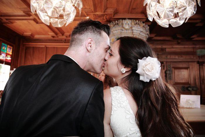 Fotografia emozionale con il bacio degli sposi alla sala comunale di Bülach