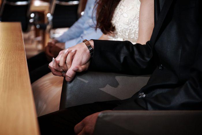 Fotografia matrimoniale a Zurigo, particolare delle mani degli sposi
