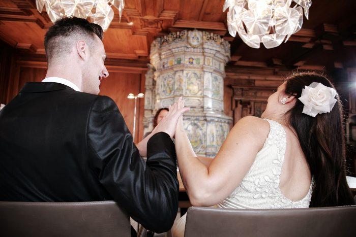 Fotografo l'intesa di coppia alle nozze in Svizzera