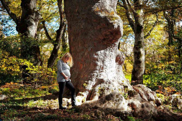 Servizio fotografico di maternità al bosco di sant Antonio calore e protezione tra le possenti radici