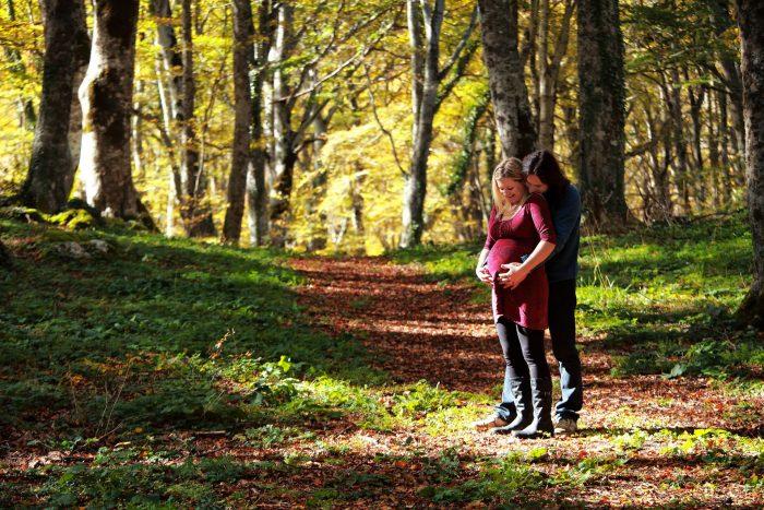 Servizio fotografico di maternità al Bosco di Sant Antonio abbracciati tra gli alberi