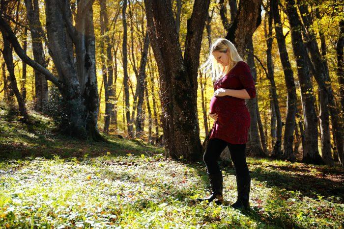 Servizio fotografico di maternità al Bosco di Sant Antonio pensieri colmi d'amore