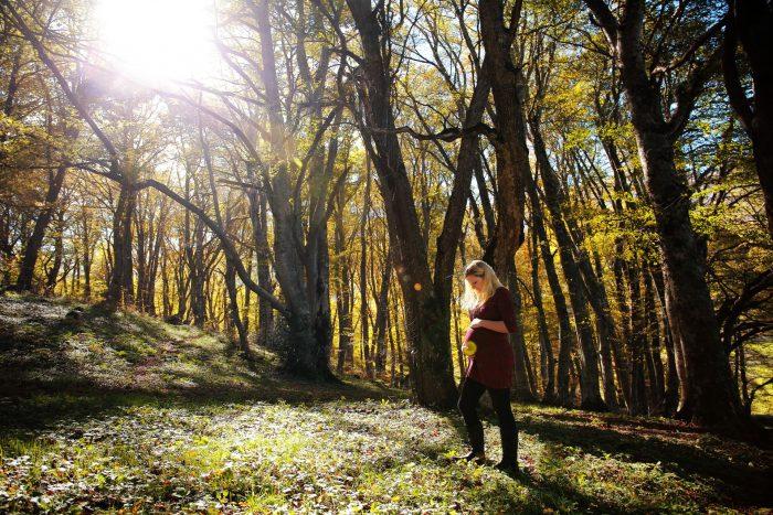 Servizio fotografico di maternità al Bosco di Sant Antonio morbide riflessioni tra i rami della foresta