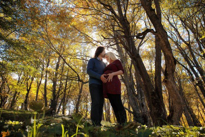 Servizio fotografico di maternità al Bosco di Sant Antonio controluce a forma d'amore