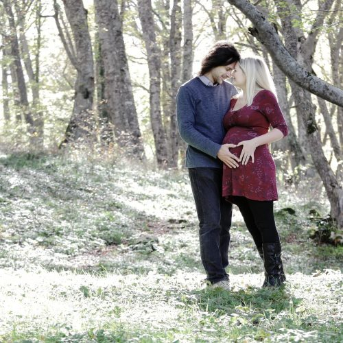 Servizio fotografico di maternità al bosco di sant antonio in abruzzo, fotografo gravidanza teramo, fotografia donne incinte col pancione