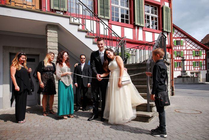 Matrimomio al Comune di Bülach, gli sposi tagliano il nastro