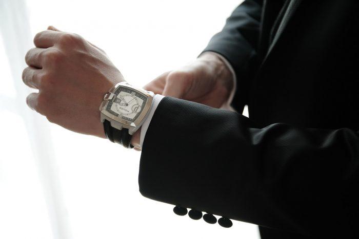 Preparativi al matrimonio: lo sposo si mette l'orologio