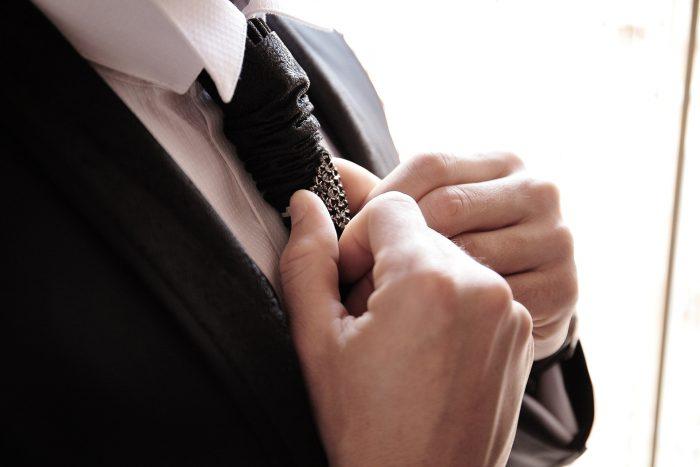 Preparativi al matrimonio: lo sposo si aggiusta la cravatta
