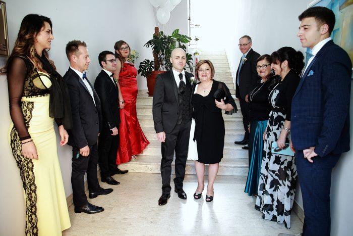 Lo sposo esce dalla sua casa a Grottamare accompagnato dalla mamma