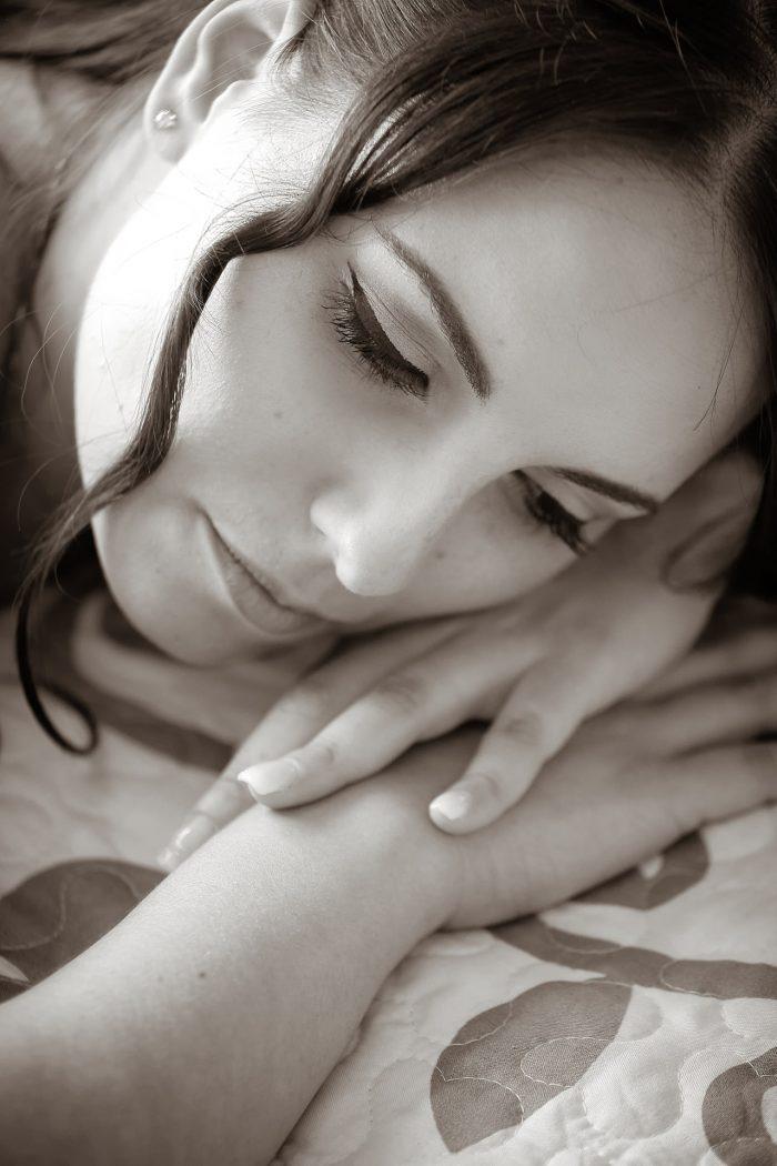 Sposa sognante con viso poggiato sulle mani