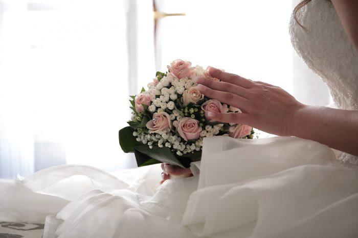 Particolare matrimonio: mano con bouquet