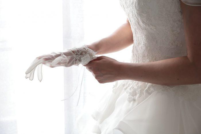 Particolare giorno delle nozze: la sposa indossa i guanti