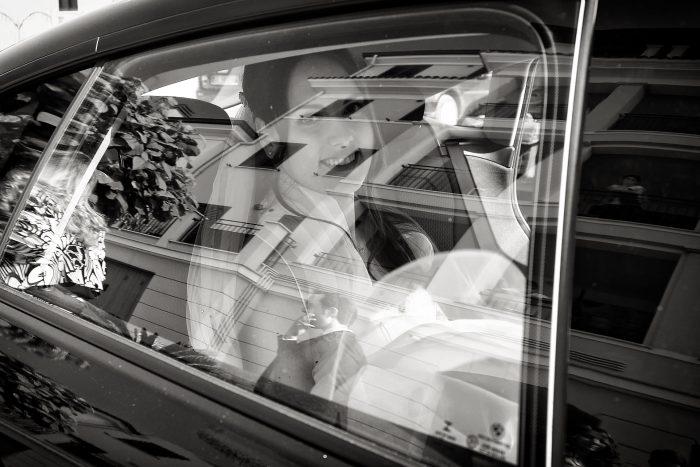 Istantanea della sposa dal finestrino dell'auto degli sposi