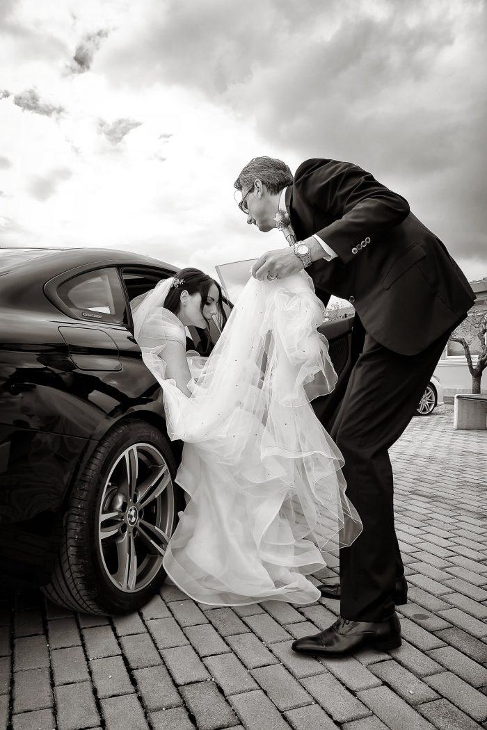 Arrivo alla sala del regno a Corropoli: il padre aiuta la sposa a scendere dall'auto