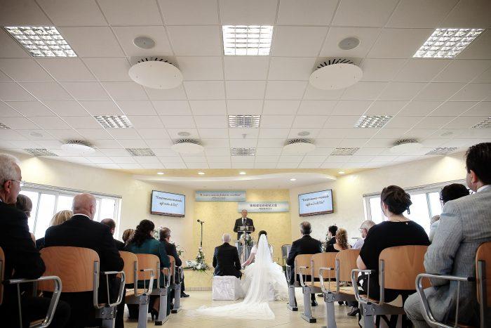 Fotografia della sala da dietro con gli sposi seduti