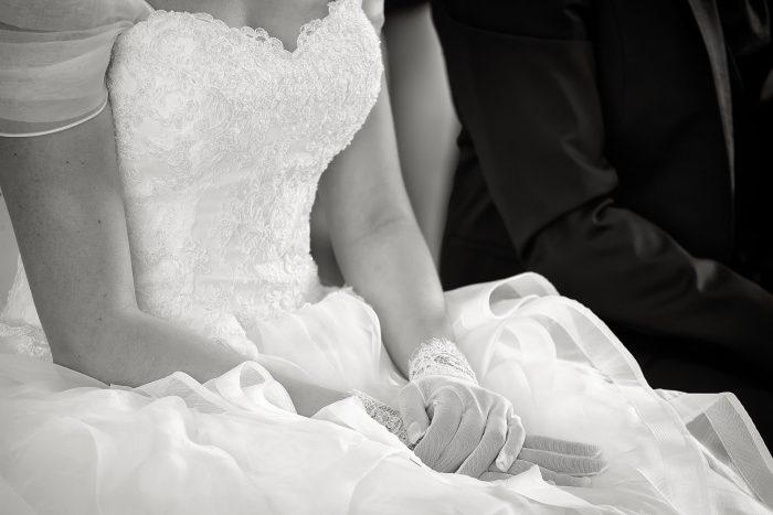 Particolari d'amore in bianco e nero: le mani della sposa