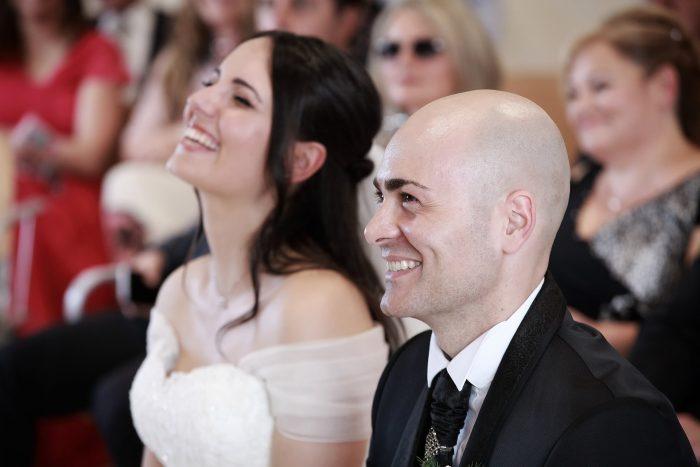 Foto in primo piano degli sposi sorridenti
