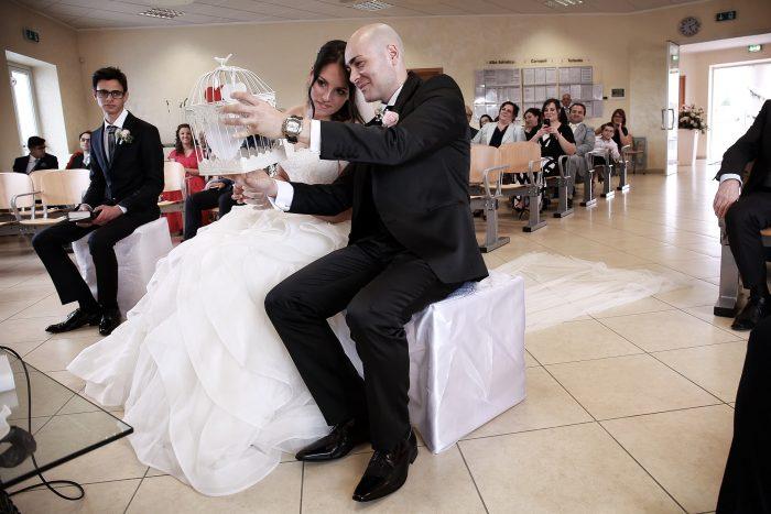 Momenti della cerimonia nuziale: gli sposi aprono una piccola gabbia