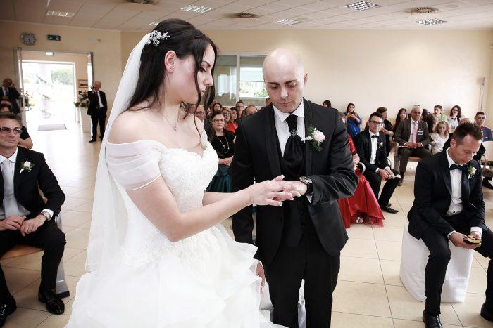 Il momento dello scambio delle fedi: lei mette la fede allo sposo