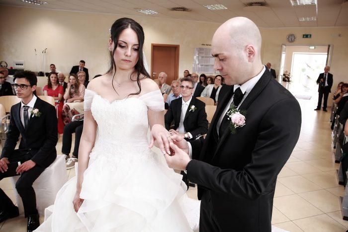 Il momento dello scambio delle fedi: lui mette la fede alla sposa