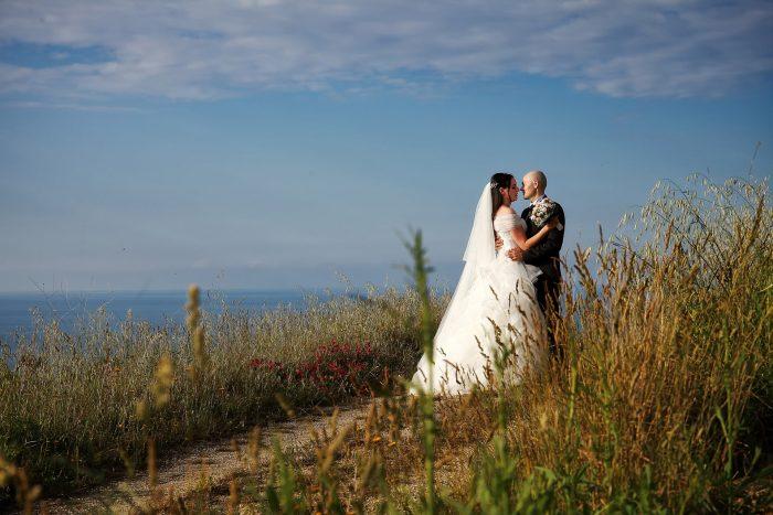 Gli sposi si abbracciano sulla collina di Roseto degli Abruzzi