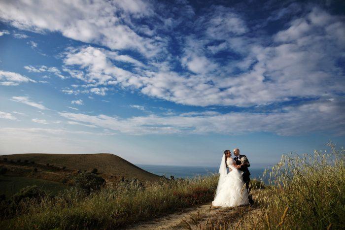 Un panoramico abbraccio tra l'azzurro del cielo e il verde delle colline teramane