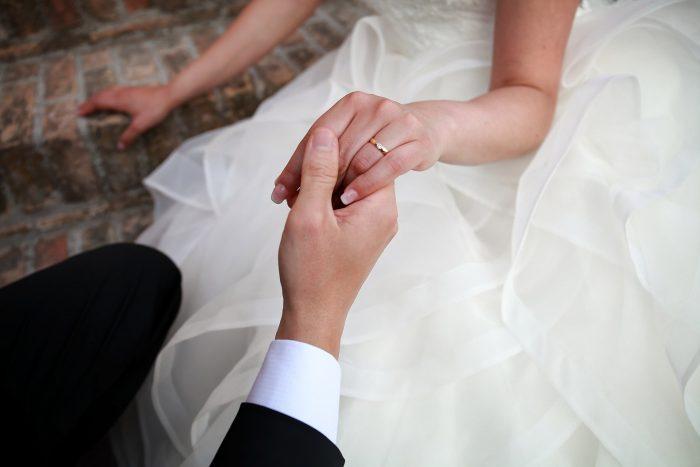 Particolare delle mani degli sposi nella sessione fotografica a Montepagano