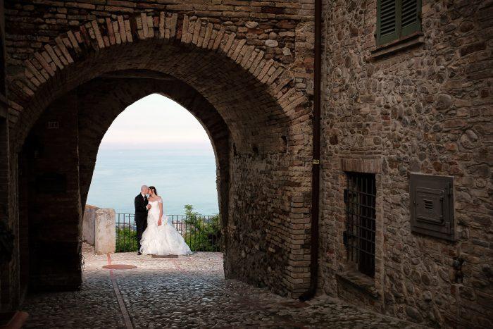 La porta gotica di Montepagano a contornare un matrimonio appena nato
