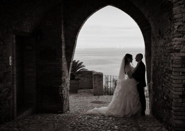 Controluce in bianco e nero con l'antica Porta da Borea a Montepagano come cornice