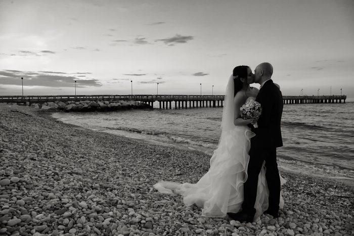 Una fotografia in bianco e nero della spiaggia di sassi di Roseto degli Abruzzi
