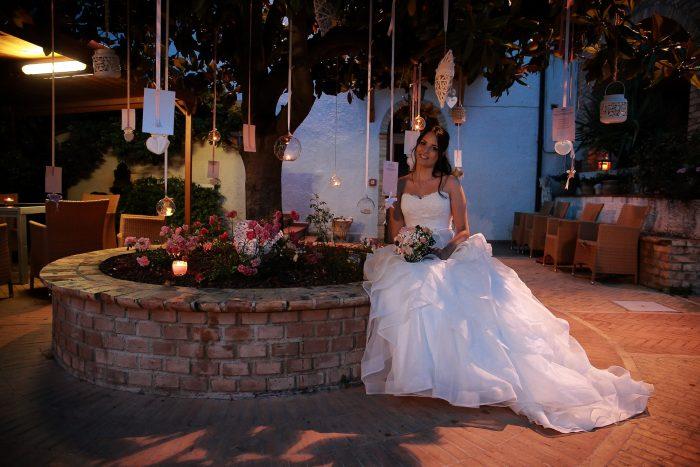 La sposa si riposa nel giardino del luogo del ricevimento