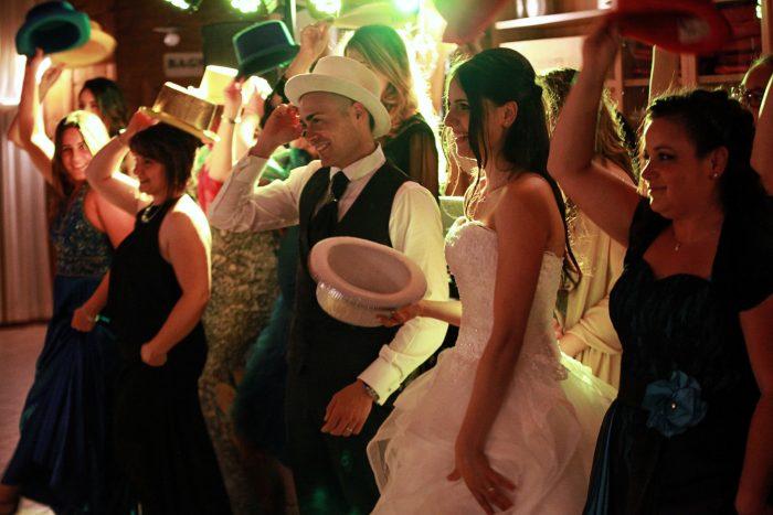 Gli sposi si divertono ai festeggiamenti dopo il matrimonio