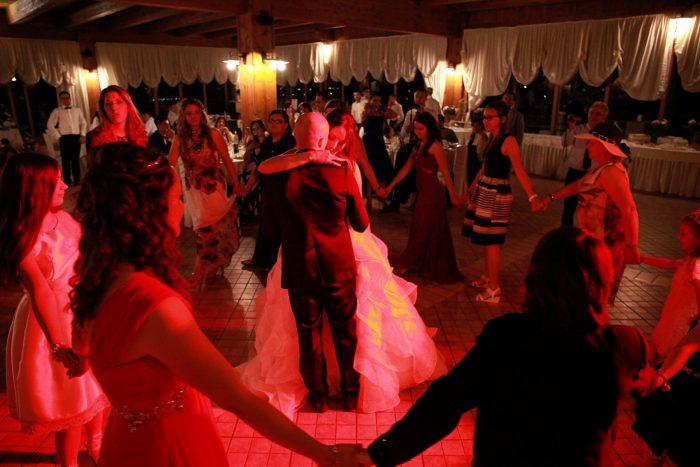Il ballo degli sposi circondati dagli invitati