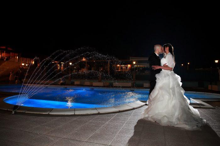 Bacio al bordo della piscina del Country House San Pietro di Morro d'oro