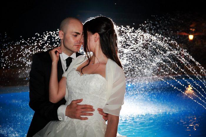 Fotografia emozionale tra zampilli d'acqua illuminati